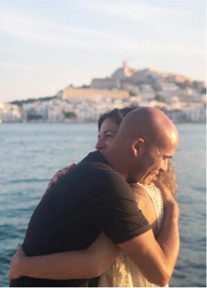 Estíbaliz Romaña hugging