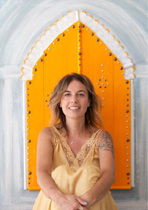 Estíbaliz Romaña with amarilla door